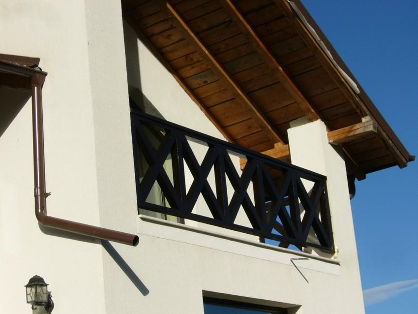 Balustrada din lemn exterioara in x scari interioare din for Modele de balcon din lemn